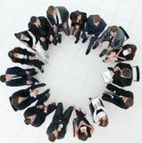 Grote groep bedrijfsmensen die op een commerciële vergadering zitten stock fotografie