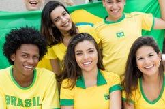 Grote groep Braziliaanse voetbalventilators met vlag van Brazilië Royalty-vrije Stock Afbeeldingen