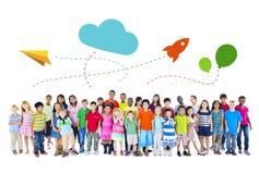 Grote Groep de Multi-etnische Activiteiten van Kinderenkinderjaren royalty-vrije stock foto