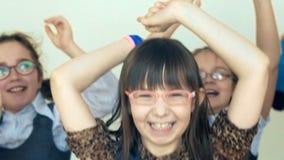 Grote groep gelukkige vrolijke en kinderen die springen dansen stock videobeelden