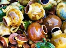 Grote groep kleurrijke ceravic theepotten. Stock Fotografie