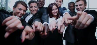 Grote groep multi-etnische bedrijfsmensen die hun vinger richten Stock Foto's
