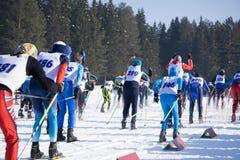 Grote groep skiërs op skihellingen in een bergtoevlucht in de winter stock foto's