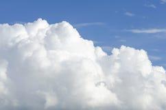 Grote Grote witte wolken in zonnig weer stock fotografie