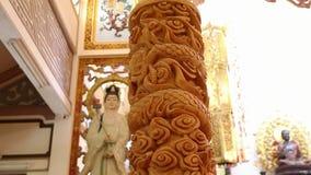 Grote grote zeer grote kaars in pagode stock video
