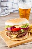 Grote hamburger met bier royalty-vrije stock foto