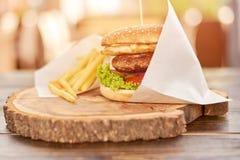Grote hamburger met rundvlees Stock Afbeeldingen