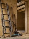 Grote hamer, gebroken houten ladder, schop en borstel stock fotografie