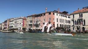 Grote handen en boten op Grand Canal in Venetië stock videobeelden