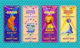 Grote het circus toont met opgeleid het kaartjesmalplaatje van de diereningang Uitnodigingscoupon met beer op een fiets, wasbeer- Royalty-vrije Stock Afbeelding