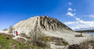 Grote het uiteindeheuvel van de mijnbouwuitgegraven grond in Rummu-steengroeve, Estland royalty-vrije stock afbeeldingen
