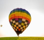 Grote hete luchtballon in het begin van reisreis stock afbeeldingen