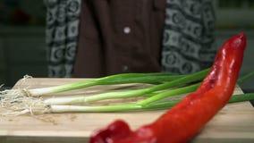 Grote hete peper en uiendaling op het houten bureau stock videobeelden