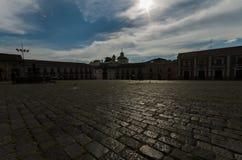 Grote historische plaats in het midden van stad, zwarte en blauwe samengevoegde kleuren royalty-vrije stock foto's