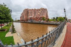 Grote hoekmening van de oude gebouwen van Baltimore bij de Binnenhaven Scarlett Place stock foto's