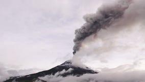 Grote Hoeveelheid van de Vulkaan van Volcano Ash Covers The Skies Over Tungurahua stock videobeelden