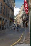 Grote Hond die door haar eigenaar in de straten van een Frans Bergdorp worden uitgeoefend royalty-vrije stock foto's