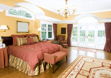 Grote hoofdslaapkamer met vensterlicht Royalty-vrije Stock Afbeelding