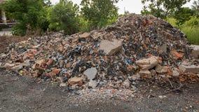 Grote Hoop van Concrete Cementtroep - Bakstenen muurfragmenten met Plastic Huisvuilafval - Bouw stock foto's