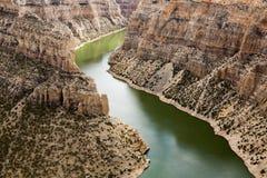 Grote hoorncanion met groene rivier Stock Afbeeldingen