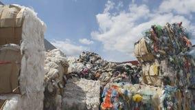 Grote hopen van plastic bussen en dozen, ecologieconcept stock afbeeldingen