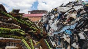 Grote hopen van plastic bussen en dozen, ecologieconcept stock foto