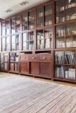 Grote houten boekenkast stock foto