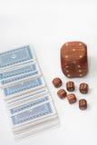 Grote houten dobbelt met kleine houten dobbelt en een dek van kaarten Royalty-vrije Stock Afbeelding