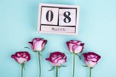 Grote houten kalender en rozen Royalty-vrije Stock Afbeeldingen