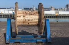 Grote houten katrol bij de kade stock afbeeldingen