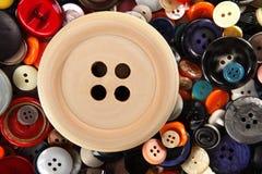 Grote houten knoop bij het naaien van knopenachtergrond Royalty-vrije Stock Afbeelding