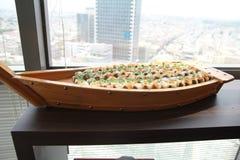 Grote Houten Plaat van Sushi Het voorbereiden van Grote Japanse Plaat van Sushi stock foto's