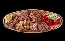 Grote houten raad met geassorteerd die vlees, bij voorkeur als metgezel voor bier of andere alcoholdranken wordt gediend stock foto's