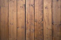 Grote houten schuurpoort Monumentale landbouwbedrijfdeur, twee houtblad, gesloten bruine gateway met planken en spijkers Royalty-vrije Stock Afbeeldingen