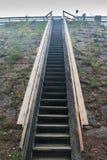 Grote houten trap met leuningen bij de zomer in Finland royalty-vrije stock fotografie
