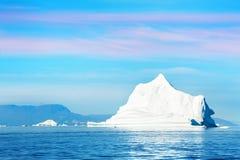 Grote ijsberg in Ilulissat icefjord bij zonsondergang, Groenland stock fotografie