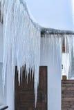 Grote ijskegels die van het dak hangen Royalty-vrije Stock Afbeeldingen