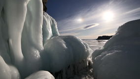 Grote ijskegels op de rots op bevroren meer Baikal stock videobeelden