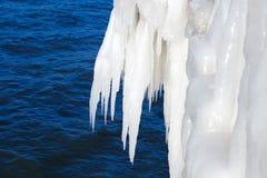 Grote ijskegels op een achtergrond van het overzees Ijsonweer royalty-vrije stock foto's