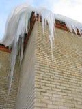 Grote ijskegels op het dak Stock Afbeelding