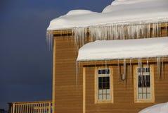 Grote ijskegels op Huizen in de stad na zware sneeuwstorm Royalty-vrije Stock Foto's