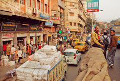 Grote Indische stad met bezige wegen en vrachtwagens, bussen, menigte van lopende mensen Royalty-vrije Stock Afbeelding