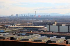 Grote industriële fabriek met pijpen en pakhuizen, industrieel landschap royalty-vrije stock foto