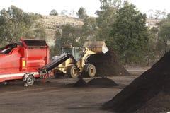 Grote industriële machines die bij een huisvuilstortplaats worden gebruikt stock afbeelding