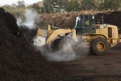 Grote industriële machines die bij een huisvuilstortplaats worden gebruikt stock foto