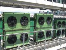 Grote industriële machtsventilators op het dak van het gebouw Hete luchtkoeling stock foto's