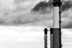 Grote industriële pijpen, luchtvervuiling in stadsmilieu concept ecologie royalty-vrije stock afbeelding
