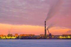 Grote industriezone met grote schoorsteen bij rivier in de winter royalty-vrije stock foto