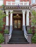 Grote ingang aan koloniaal stijlhuis Royalty-vrije Stock Afbeeldingen