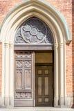 Grote ingangsdeur in een chuch Stock Fotografie